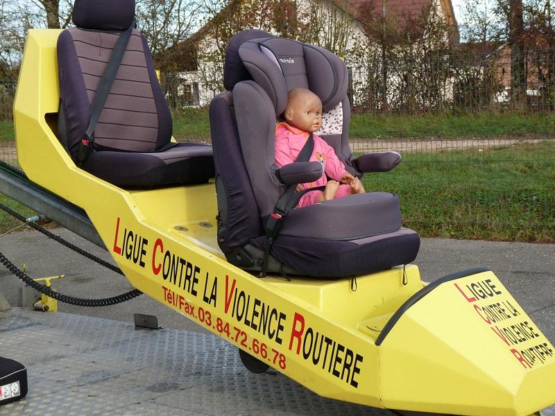 Une démonstration à petite vitesse (3km/h) est faite avec un poupon avant de faire monter les jeunes enfants sur l'autochoc